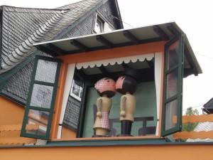 Figuras de madera dándose un beso en Seiffen, Alemania