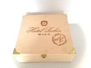 Caja comercialización con el sello de